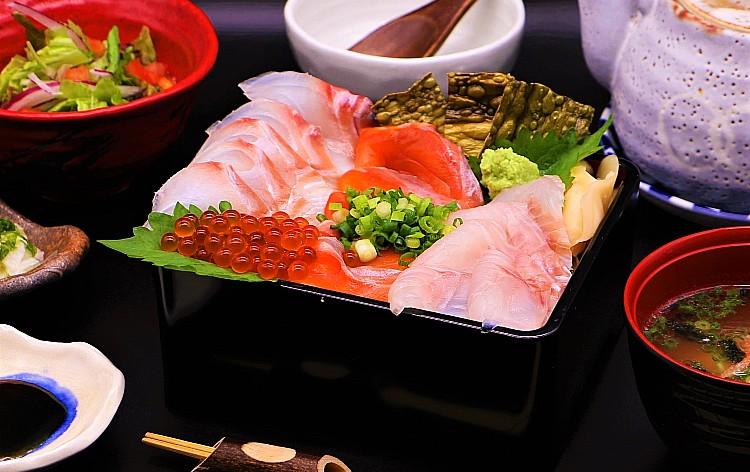 サーモンの昆布〆と熟成白身魚の海鮮丼(イメージ)