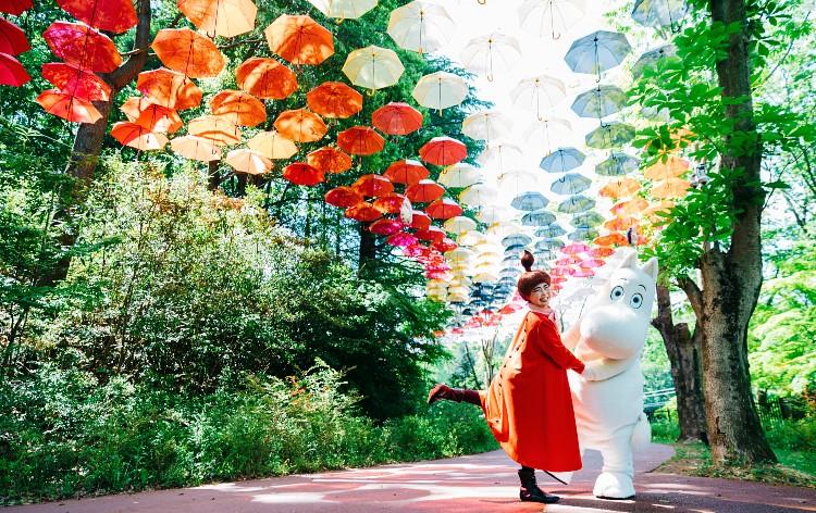新宿発カラフルな空の散歩道!日本最大級のアンブレラスカイ「ムーミン谷とアンブレラ」&世界が認める絶景!あしかが「ふじのはな物語」