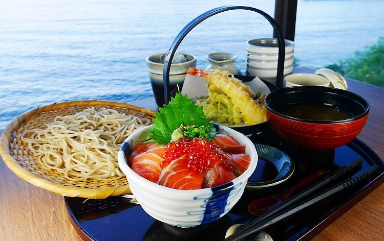サーモンいくら丼と大海老天ぷらランチ(イメージ)