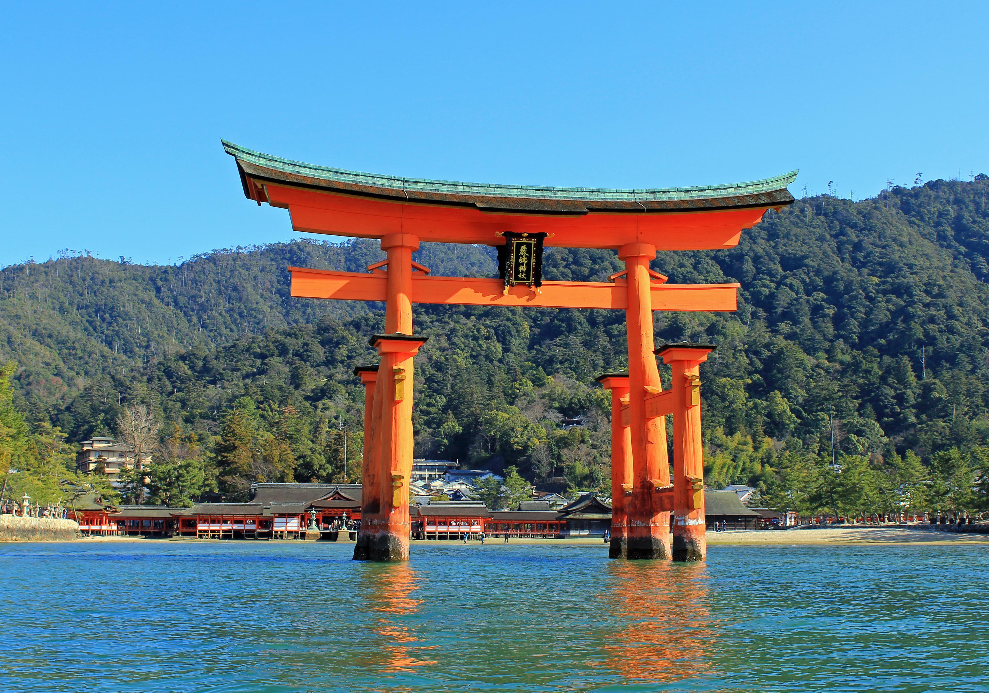厳島神社 大鳥居(イメージ)写真提供:広島県 ※厳島神社の大鳥居は現在屋根葺替、塗装及び部分を修理中のため全体がネットで覆われています。